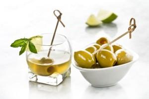 Karaibski_koktajl_z_dodatkiem_hiszpanskich_zielonych_oliwek