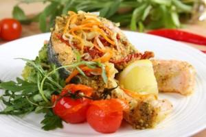 Losos z grilla na warzywach
