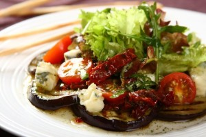 Salatka z grillowanego baklazana z suszonymi pomidorami