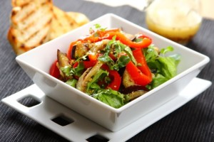 Salata rzymska z grillowanym baklazanem