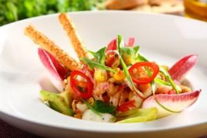 Salatka z cykorii z marynowanym lososiem
