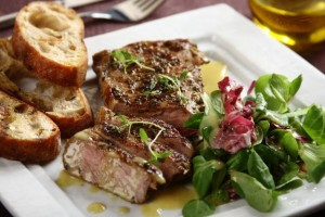 Salatka z grillowanym stekiem oraz crostini
