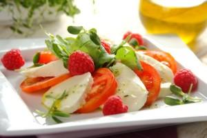 Wloska salatka caprese z malinami 0