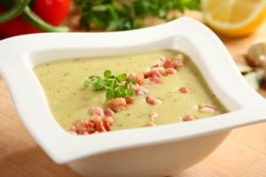 Zupa porowo-ziemniaczana z dodatkiem boczku1