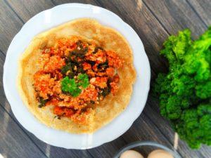 C - biszkoptowy omlet z kaszą, pomidorami i jarmużem