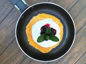 C - omlet biszkoptowy z jogurtem i marmoladą