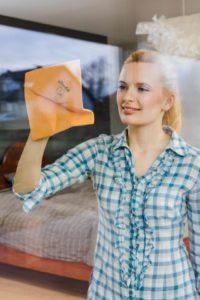 Aby okna lśniły można użyć specjalnej pucerki do okien_fot. Vileda