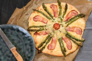 Szparagi z serem gouda i boczkiem na cieście drożdżowym Fot. MSM Mońki
