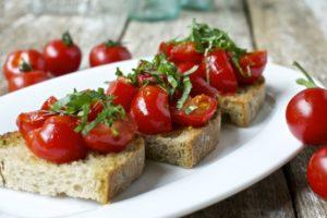 Bruschetta z czosnkiem pomidorem i bazylia