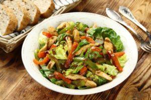 Salatka na cieplo z kurczakiem oraz czerwona i zielona papryka