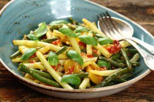 Zielona fasolka szparagowa z pomidorami i bazylia