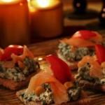 Kanapki na pieczywie chrupkim z pastą serowo szpinakową i wędzonym łososiem