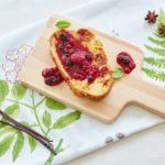 Pyszny weekend – czas na królewskie śniadanie! Smażona chałka z sosem budyniowym z owocami leśnymi